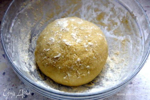 Добавить муку и замесить тесто. Дать ему постоять в холодильнике около часа.
