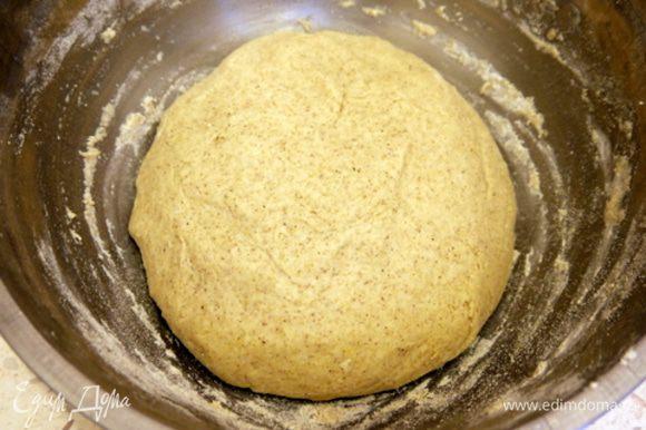 Через 30 минут к опаре добавить раздавленный картофель, оставшуюся муку, пшеничную и гречневую, 90 гр сахара, йогурт и соль. Вымесить тесто и оставить подниматься. Объём теста должен увеличиться вдвое.