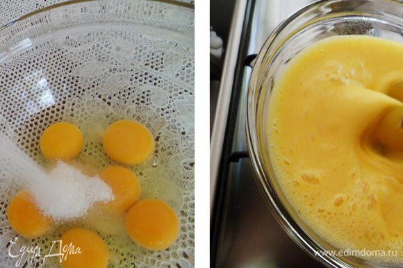 Яйца с сахаром взбивать на водяной бане, до тех пор, пока масса не станет чуть горячее температуры тела. Тут я тоже хочу поделиться небольшим нюансом: воды в кастрюлю необходимо наливать столько, чтобы дно чаши, в которой находиться шоколад, не касалось воды, т.е. на пользу вашего бисквита или шоколада будет работать именно пар.