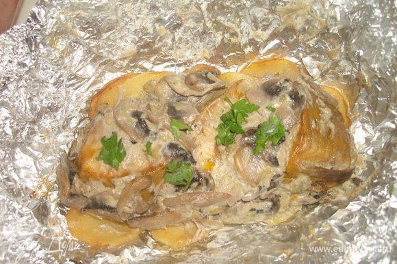 На фольгу укладываем кружки картофеля, сверху кладем стерлядь и выкладываем грибы со сливками. Закрываем фольгой и ставим в духовку (200 гр) на 10 минут. Подаем горячей, посыпав зеленью. Приятного аппетита!