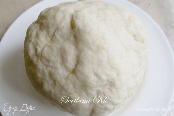 Из муки, воды, масла и соли замесить тесто. Подсыпая муку, месить тесто нужно не менее 5-10 минут. Оно становится эластичным и не прилипает. Обернуть тесто пленкой и положить в холодильник на 20 минут.