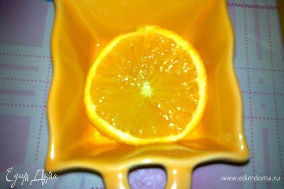 формы смазать маслом,на дно формы положить дольку апельсина