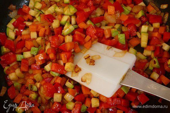 Обжарить лук на оливковом масле в течение 5 минут. Добавить остальные овощи и пассеровать до мягкости.