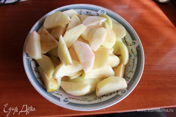 Яблоки очистить и нарезать ломтиками, удалив сердцевину.