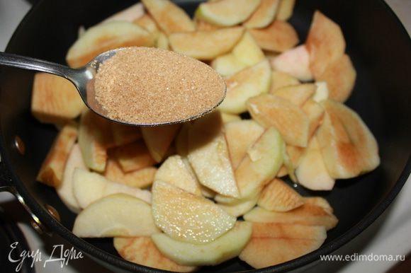 В сковороде разогреть 1 ст. ложку сливочного масла, положить яблоки, всыпать 2 ст. ложки сахара. Обжарить, помешивая, 3 мин. Добавить изюм вместе с вином и готовить еще 5–7 мин., до мягкости яблок. Снять с огня и дать остыть.