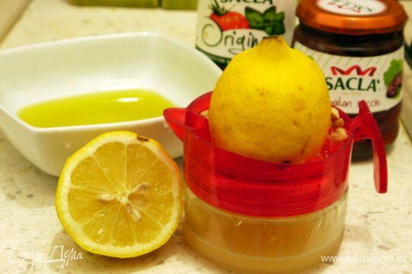 Приготовить соус. В ёмкости смешать 5 ст.ложек оливкового масла с лимонным соком. Посолить соус и поперчить.