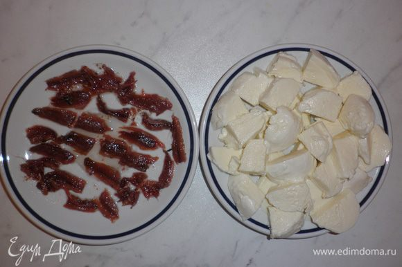 Из баночки с анчоусами (alici) слить масло и нарезать филе рыбки на небольшие кусочки. Также нарезать шарики моцареллы на небольшие кусочки. Я всегда беру больше моцареллы, чем подразумевает рецепт, так как в процессе готовки часть её обязательно съедается...