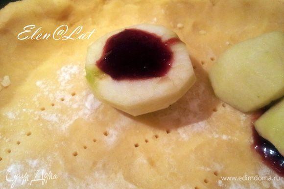 Яблоки очистить, разрезать пополам, удалить сердцевину . В серединку положить варенье или джем. Яблоки уложить на тесто круглой стороной вверх.
