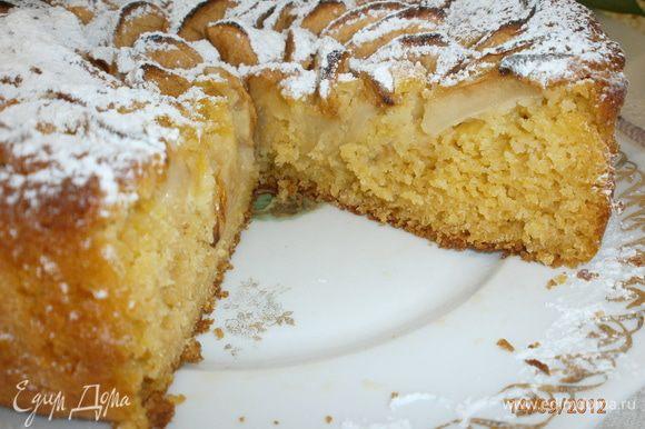 """Пирог получился мягкий, в меру сладкий с кислинкой яблок и с нежной рассыпчатостью из-за кукурузной муки. Такой себе деревенский пирог или как говорят итальянцы - """"рустико""""."""