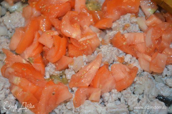 добавляем мелко нарезанные помидоры и тушим все без крышки еще минут 10, солим и перчим