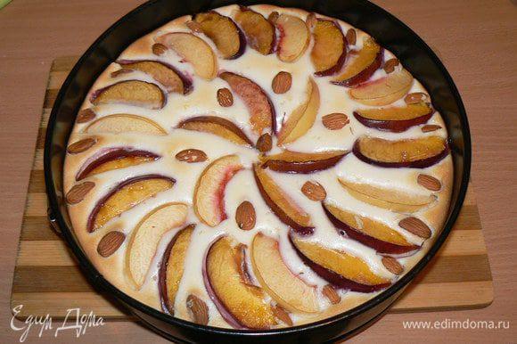 Готовый персиковый пирог с маскарпоне остудить в форме.