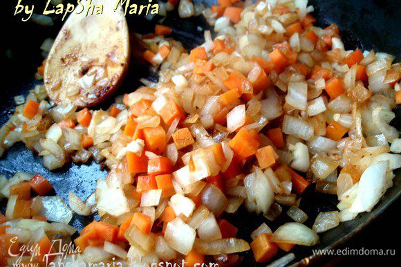 На той же сковороде обжарить подготовленные овощи, до прозрачности и легкой золотистости лука.