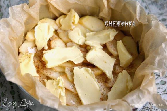 На хлеб кладем плотно дольки яблок. Присыпаем третьей частью сахарной пудры и корицы. Сверху – кусочки сливочного масла.