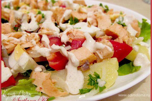 На широкое блюдо выложить салатные листья, порванные руками. Затем картофель, яйца, помидоры. Разложить все красиво. Затем кусочки рыбы, маринованный лук. Полить заправкой. Украсить рубленной зеленью.