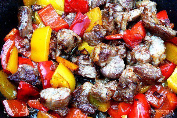 Мясо выложить в чашку и на этом же масле обжарить перцы. Все соединить, добавить соль и перец.