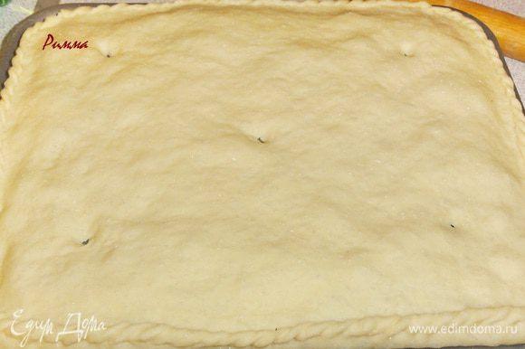 Раскатайте вторую часть теста и накройте начинку. Края слепите и сделайте узор. Сделайте на поверхности дырочки.