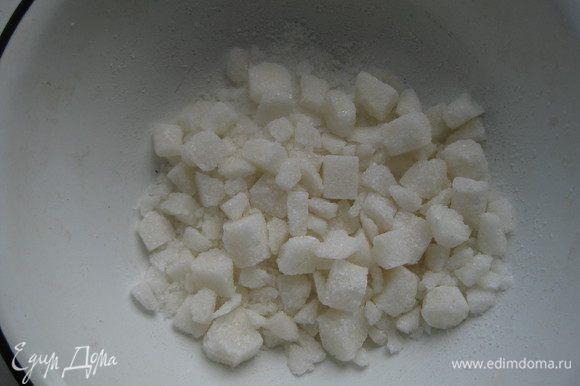 Пока подходит тесто, сахар-рафинад рубим в миске на половинки и четвертинки.