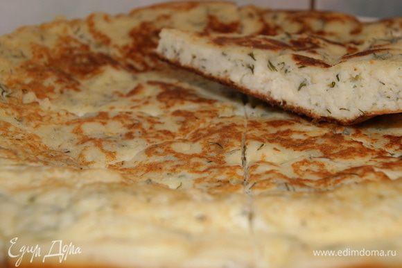 В миске перемешать сыр, яйца, разрыхлитель, муку и соль. Развести полученную смесь сметаной (йогуртом или кефиром) до консистенции густой сметаны.