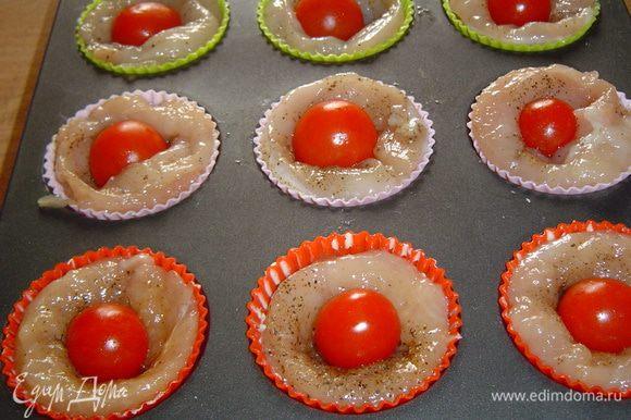 В центр кладем помидоры-черри,