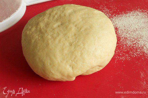 В миску просеять муку и соль. В кастрюльке нагреть воду, распустить в ней масло и добавить холодное молоко. В эту теплую смесь добавить дрожжи, хорошо размешать вилкой и постепенно добавлять всю муку. Вымесить тесто до эластичного состояния, положить в миску, накрыть кухонным полотенцем и убрать в теплое место (примерно 35°C) на 45–60 мин.