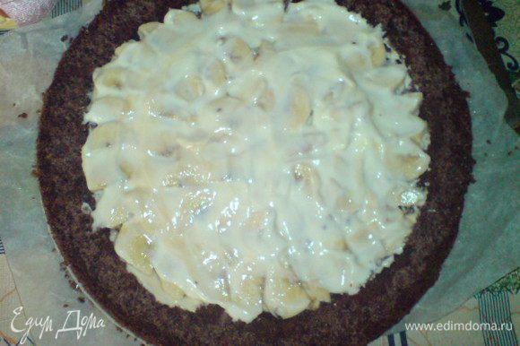 Залить бананы оставшимся десертом и накрыть верхней половинкой бисквита.