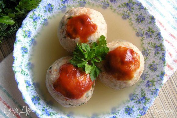 Разложить по тарелкам, залить бульоном и украсить томатным соусом. Приятного аппетита! :)
