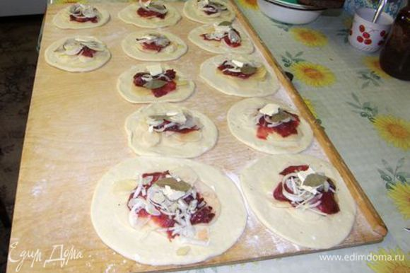 фарш делаем: мясо картошку лук мелко режем добавляем специи перемешиваем затем вытаскиваем тесто и раскатываем лепешечки и кладем в каждую фарш защипываем кто как может я вот делаю треугольничками смазываем сверху яйцом предварительно взбить готовим листы для выпечки смазываем раст маслом или кладем бумагу и в духовку мин на 40 при 180 гр готовое шаньги накрываем мин ч/з 20 можно кушать