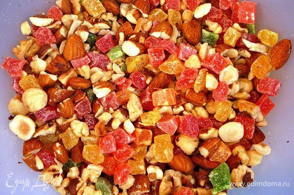 Перемешать орехи и цукаты...