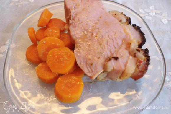 Достать мясо из духовки. Всё! Запеченное мясо Krustenbraten - Хрустящая корочка готово. Можно подавать его, порезав на порционные кусочки, с запечённой морковью, рисом или картофельным пюре с подливкой, приготовленной из бульона, в котором запекалось мясо и крахмала. Подлива: 1. развести крахмал в 1/3 холодного бульона 2. в кастрюльке вскипятить 2/3 бульона и помешивая его аккуратной тонкой струйкой влить разведенный крахмал 3. проварить бульон 1-1,5 минуты 4. добавить ваши любимые специи и зелень 5. аккуратно (!!!горячо!!!) взбить блендером подливу и перелить подливу в соусник.