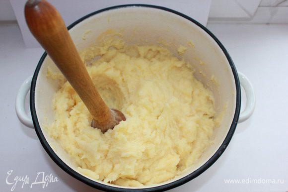 Картофель вымыть, очистить, отварить в подсоленной воде, размять в пюре. Добавить яйца, муку, перемешать.