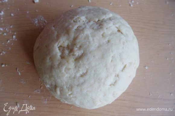 Замесить эластичное тесто. Оно получается как песочное, только немного мягче.