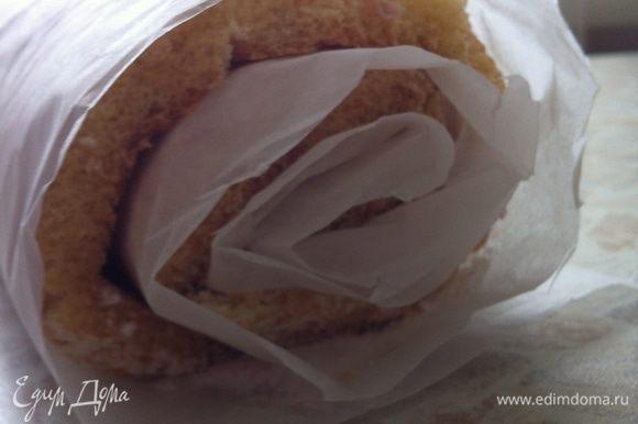 ...перевернуть бисквит на большой кусок пергамента, посыпанного сахарной пудрой, удалить выстилочную бумагу, свернуть бисквит вместе с пергаментом, дать полежать 2-3 минуты...