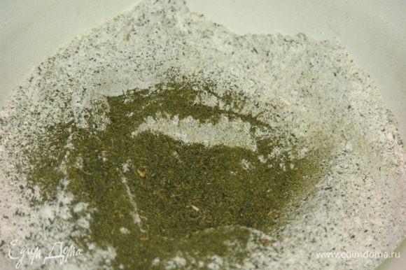 Просеиваем муку и порошок Матча, перемешиваем. Во вторую миску добавляем сахар, соль и растопленное сливочное масло, перемешиваем. Добавляем в получившуюся массу желтки, снова все тщательно перемешиваем. В муку добавляем яично-масляную смесь.