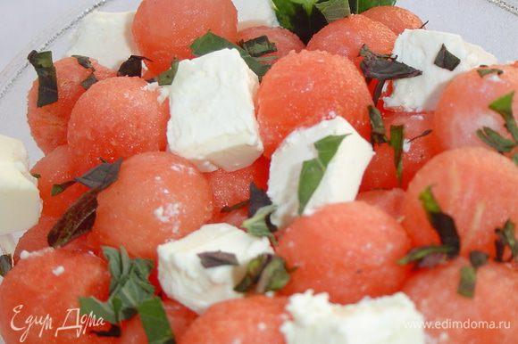 Наш арбузный салат поливаем заправкой из масла и бальзамического уксуса и убираем в холодильник на 20-30 минут.
