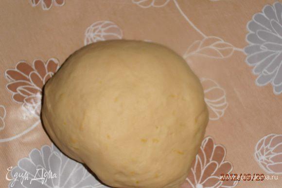 Смешать сахар с цедрой,добавить молоко,дрожжи,желтки,оливковое масло,соль и муку. Замесить тесто.