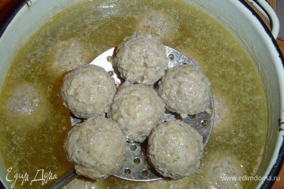 Отваренные фрикадельки помещаем в грибной бульон, в который уже добавлен картофель. Даем прокипеть им 8-10 мин. Добавляем зелень.
