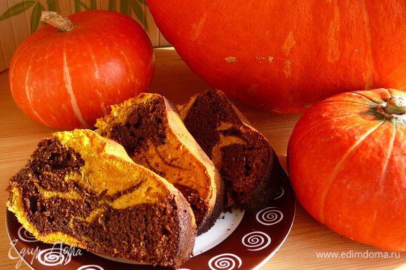 Разогреть до 180 градусов духовку и выпекать кекс около 50-60 минут. Время зависит от размера формы для выпечки.