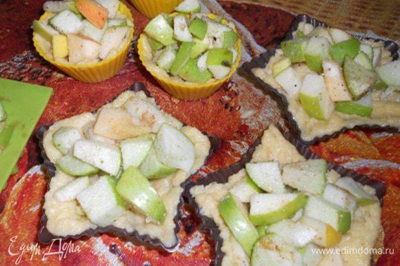 Распределить яблоко по нашим формам не жалея, чем больше, тем вкуснее, поставить в духовку на минут 15.