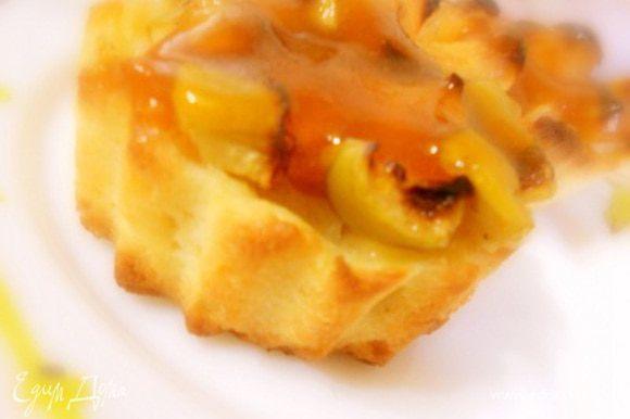 Растопить абрикосовый джем и полить готовые галеты, желательно через ситечко.