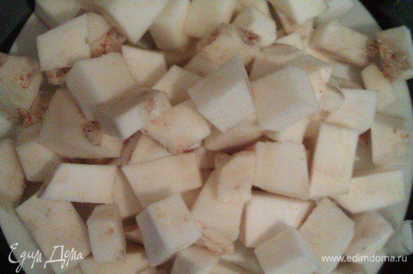 Очищаем корень сельдерея, режем кубиками.