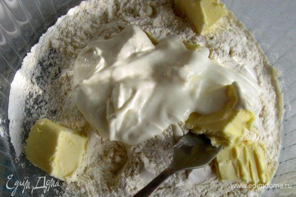 В муку добавить размягченное сливочное масло, сметану, соль и сахар. Быстро смешать. Добавить яйцо и вымесить тесто.
