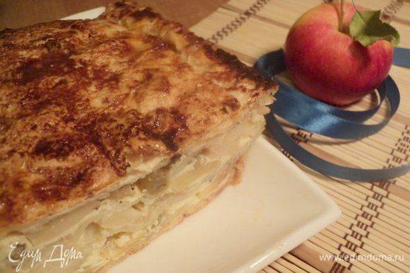 Готовый пирог слегка охладить и перевернуть на блюдо.При подаче порезать кусочками. Приятного аппетита!