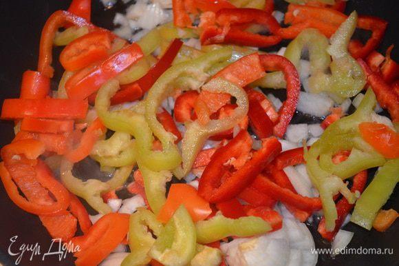 Обжарить на масле лук и перец несколько минут, до золотистого цвета у лука. Выложить их на тарелку.