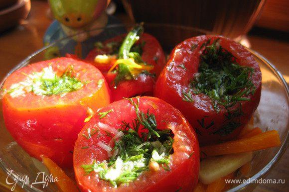 Готовим помидоры, срезаем верхушки и вырезаем немного мякоти, каждый помидор солим и сахарим (по щепотке). Помидоры начиняем укропом с чесноком. В емкость выкладываем слой моркови, ставим помидоры, разбрасываем кусочки острого перца и аккуратно вливаем теплый маринад, не покрываем поностью помидоры. Емкость закрываем крышкой или пищевой пленкой и оставляем на несколько часов в комнате до остывания. После ставим в холодильник на 3-4 суток.