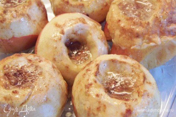 Через 15-20 минут , когда яблоки будут не горячие и не холодные, а тепленькие, Яблоки печеные с корицей и мёдом готовы. Наслаждайтесь... Приятного аппетита!!!