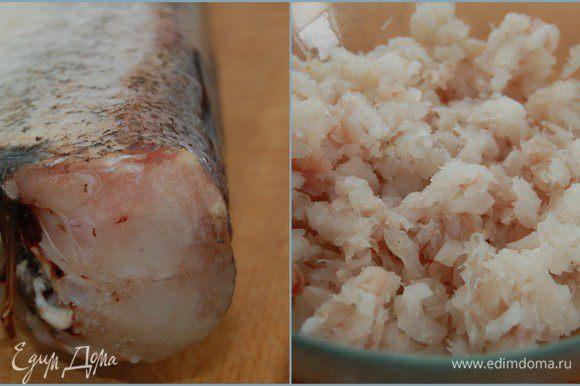 Если у Вас готовое филе – процесс приготовления котлет будет очень быстрым и безболезненным. У меня же была мороженая треска, поэтому пришлось сначала отделить мясо от костей. Филе мелко порубить ножом. Никаких блендеров и мясорубок! Рубленое мясо намного вкуснее! (если во время разморозки рыба выделила много жидкости - ее следует отжать)