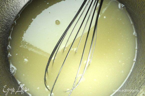Из цитрусовых выжать сок (у меня с небольшим содержанием мякоти), соединить с сахаром, размешать. По идее добавляется цедра (с 1-2 лимонов, можете ее включить в состав).