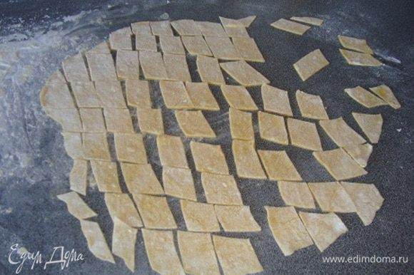 из яиц, соли и муки замешиваем довольно тугое тесто. Даем постоять минут 20. Тесто раскатываем очень тоненькими пластами, режем на ромбики. оставляем на столешнице подсушиться минут 20.