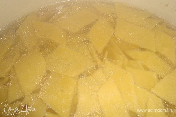 сваренную курицу вылавливаем. если варили целиком, то ломаете на кусочки. в кипящий куриный бульон кидаем наши ромбики. варим после закипания минуты 2. вылавливаем.