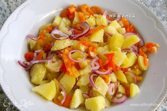 Когда готов картофель, чистим его, нарезаем кубиком. Соединяем в миске с луком и перцем.